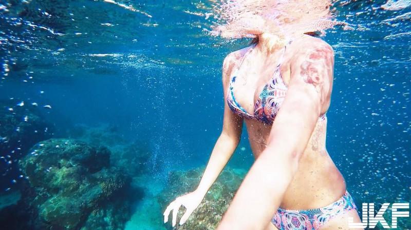 【捕鱼王】「阳光系美人鱼」徵摄影师!小麦色「美乳正妹」性感身姿,绝对杀光你的底片!
