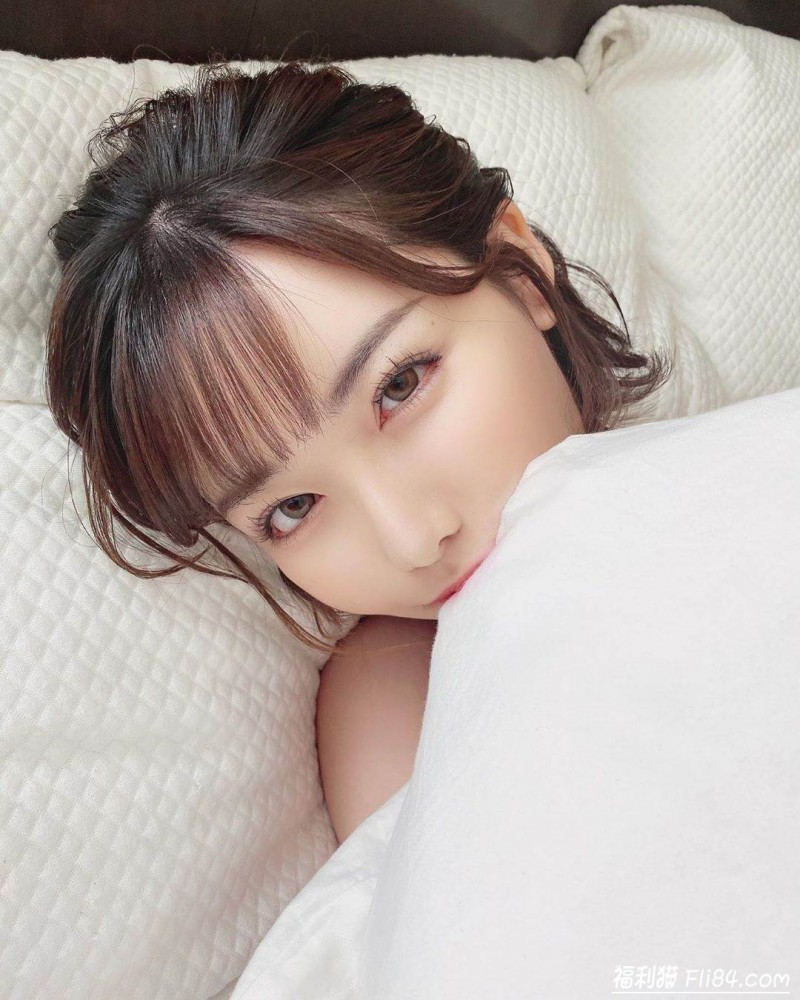 """【捕鱼王】深田咏美""""全身只捲一条被单"""" 躺床甜笑:一起再睡一下呀~"""