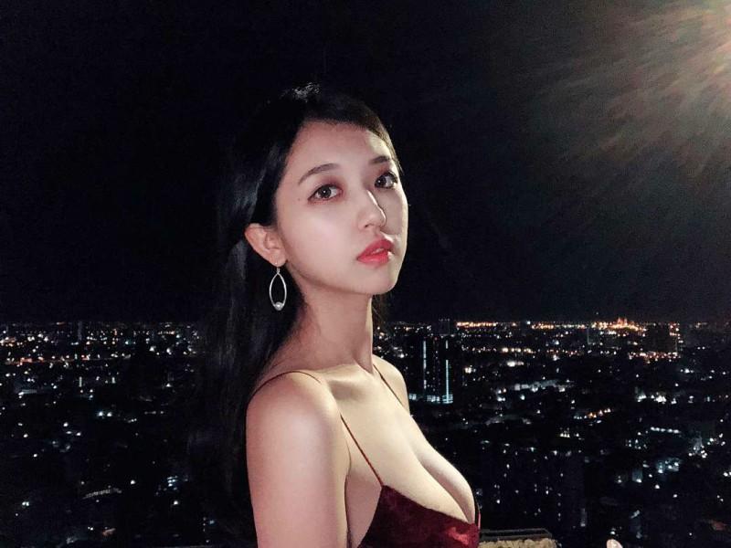 【捕鱼王】台湾正妹叫何蓁 低胸装美女夜景照迷人
