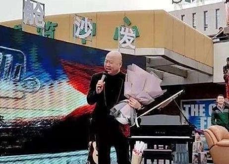 【捕鱼王】曾上春晚20次,因说错一句话被索赔1亿,53岁街头商演成网红