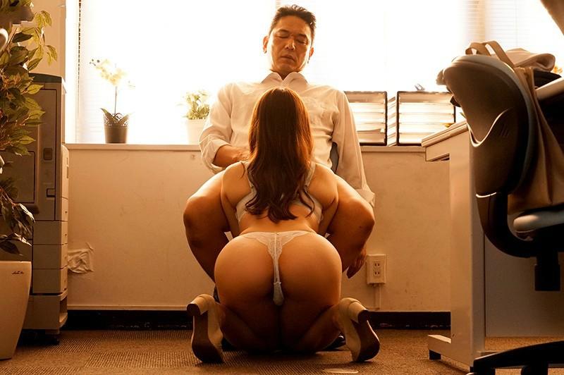 【捕鱼王】白石茉莉奈JUL-346 白石妈妈被老公上司撞的爽到升天