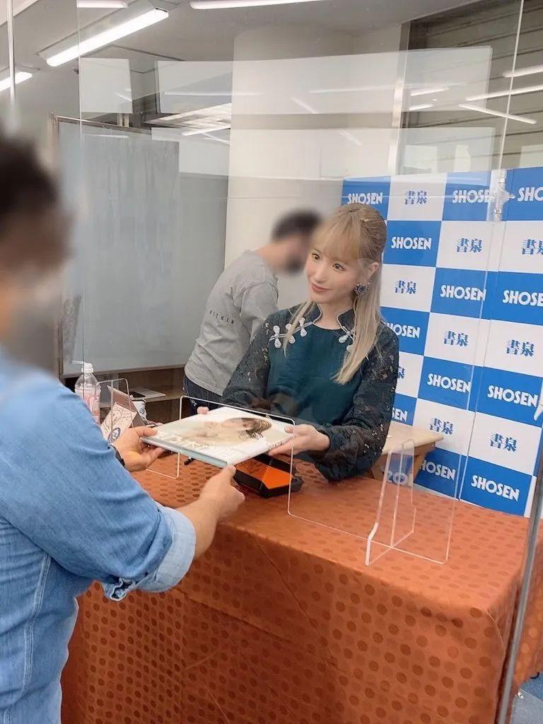 【捕鱼王】日本见面会全面复苏吗 桃乃木香奈隔着透明压克力板与粉丝见面