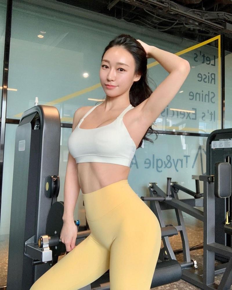【捕鱼王】健身教练「루비우」超紧身裤展现迷人曲线下体「骆驼蹄」若隐若现超害羞