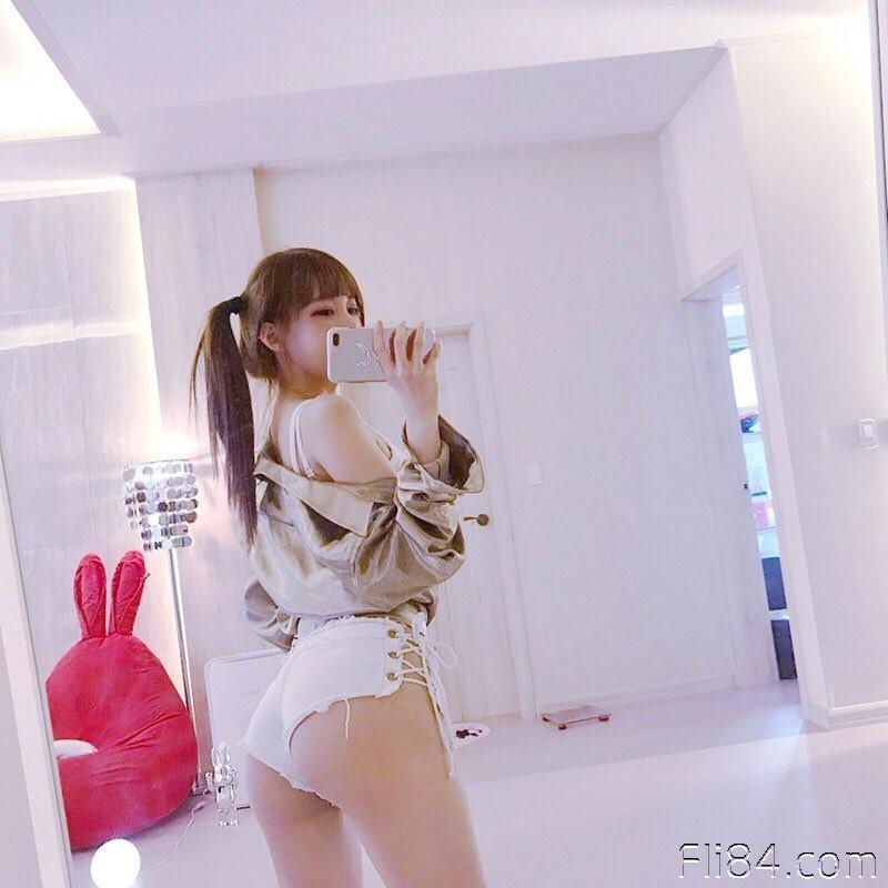 """【捕鱼王】韩国童颜巨乳妹子""""yiu""""乳量惊人,拍照时深沟要占满屏幕!"""