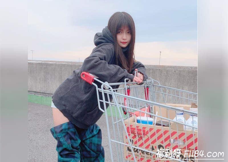 """【捕鱼王】日本正妹穿了像""""裤子脱一半""""的时尚长靴去逛好市多 引来观众围观!"""