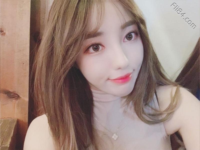 【捕鱼王】韩国电眼辣妹jeehyeounn,深V大奶直接撑爆内衣!