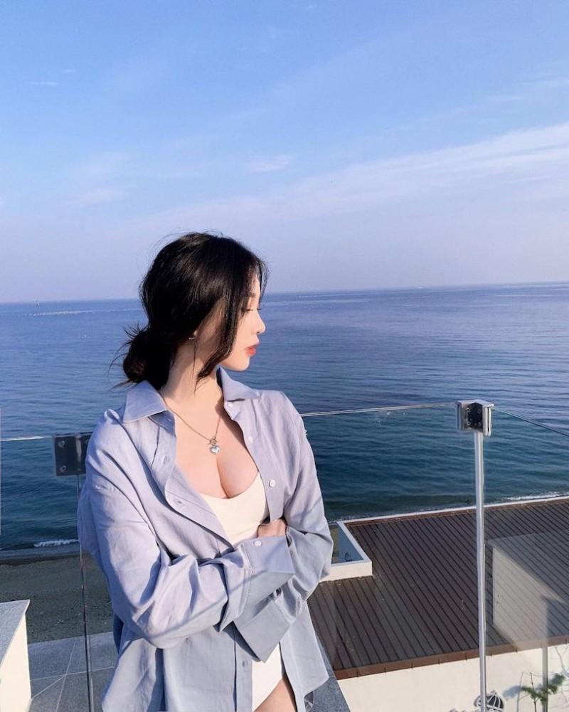【捕鱼王】辣辣der!美正妹赏景「画面好低胸」,性感视角根本「海景第一排」!